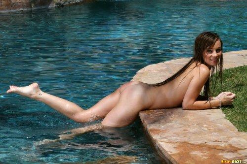 Capri Anderson показывает свои щёлки