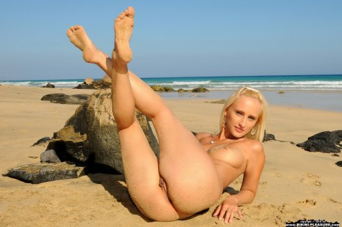 Adriana на песчаном пляже