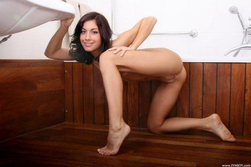 Laila в ванной