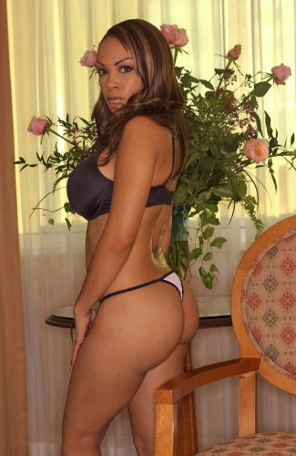 Объёмная мулатка Amber Easton с розами