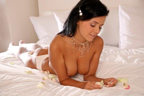 Брюнетка Laetittia на белоснежной кровати