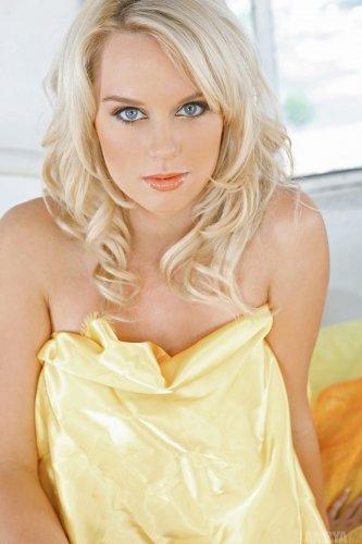 Jessika на жёлтой кровати