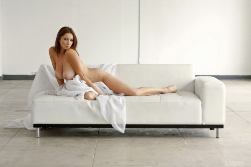 Julia на белом диване