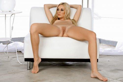 Блондинка Erin Nicole на белом кресле