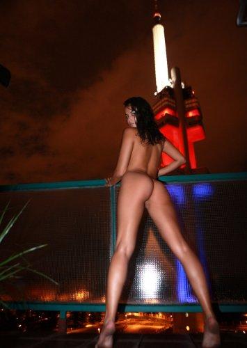 Sasha Cane по ночному городу