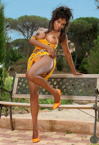 Becca Bali в жёлтом платье