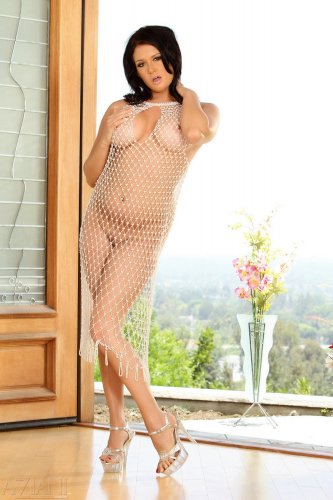 Tory Lane в прозрачном платье