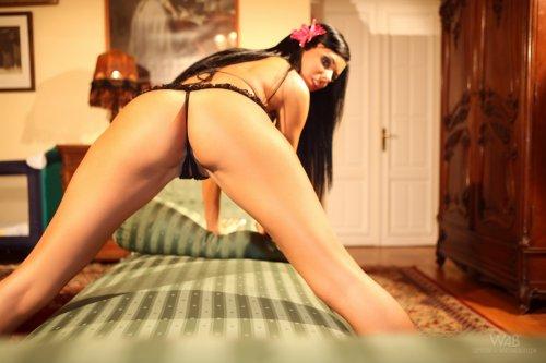 Ashley Bulgari на полосатой кушетке