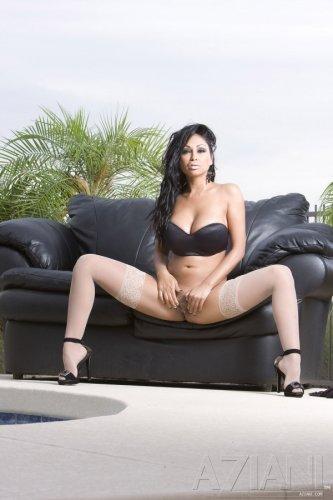 Priya Anjali Rai на кожаном диване
