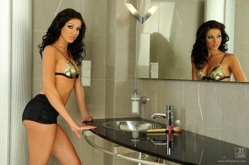 Britney Kinky развлекается в ванной комнате