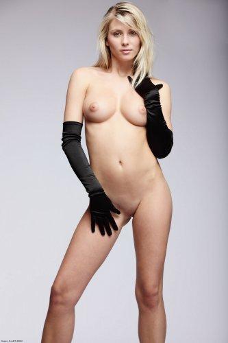 Nicole в одних перчатках