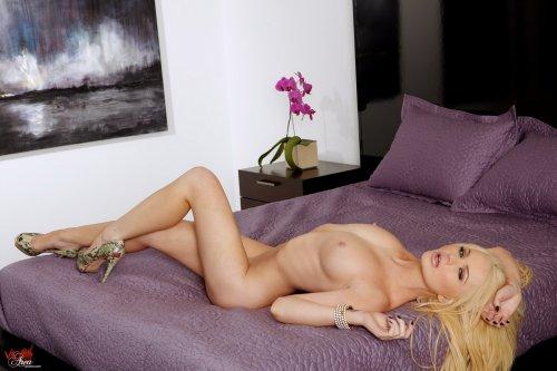 Alexis Ford на сиреневой кровати