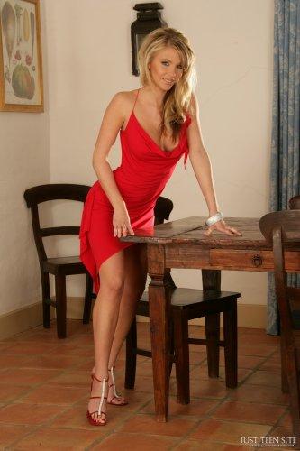 Gina в красном платье