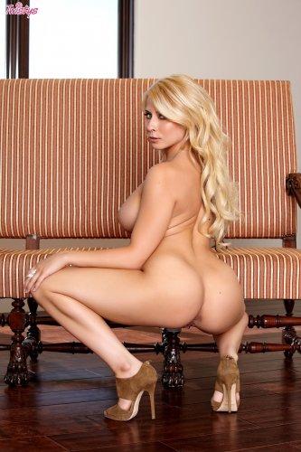 Сисястая милфа Madison Ivy раздвигает широко ноги и показывает влагалище