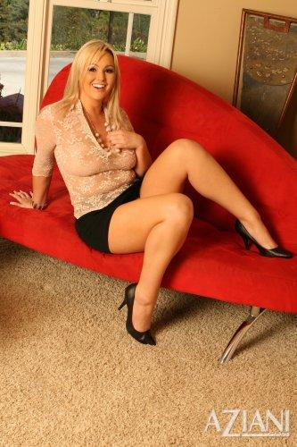 Грудастая тётка Abbey Brooks мастурбирует большим фалосом на красном диване