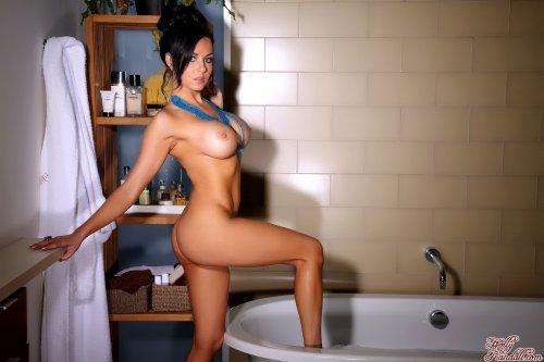Isabella Fierra принимает ванну