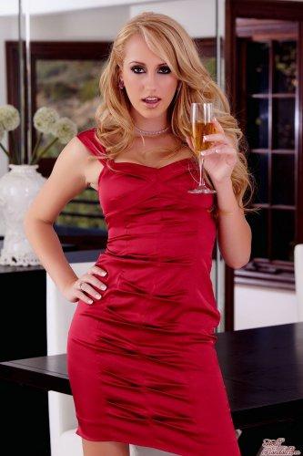 Пьяненькая девушка Brett Rossi снимает красное платье на первом свидании