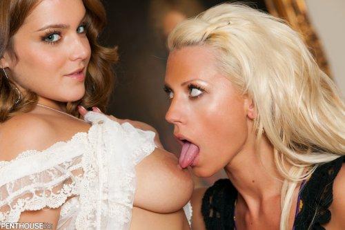 Natasha & Tanya James развлекаются в кабинете