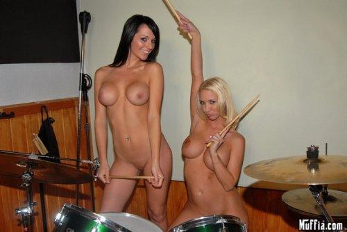 Molly Cavalli занимаются музыкой с подружкой