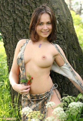 Молодая девушка с красивой натуральной грудью на частных эротических фото