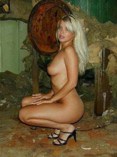 Блонда на заброшенном заводе