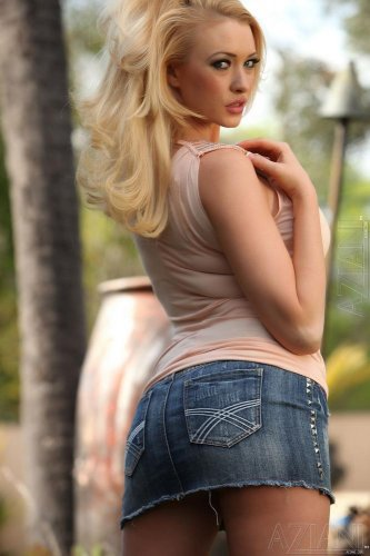 Блондинка Summer Brielle на лужайке