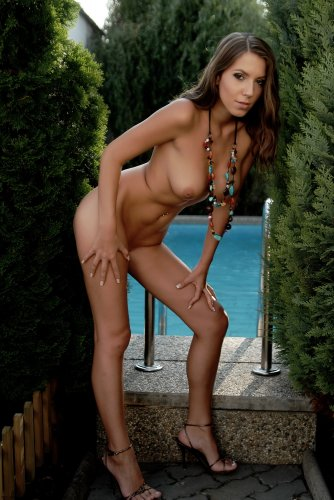 Lizzie Ryan у бассейна