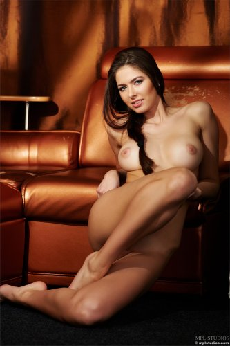 Голая Arianna на диване