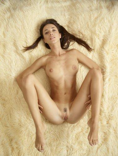 Голая брюнетка Kiki на мохнатом ковре