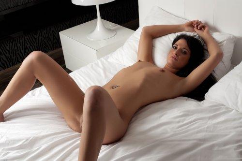 Брюнетка Nicole на чистой постели
