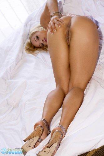 Распутная блондинка Jenny Poussin с силиконовыми сиськами