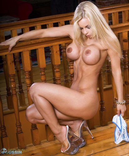 Стройная блондинка Jenny Poussin с круглыми силиконовыми сиськами