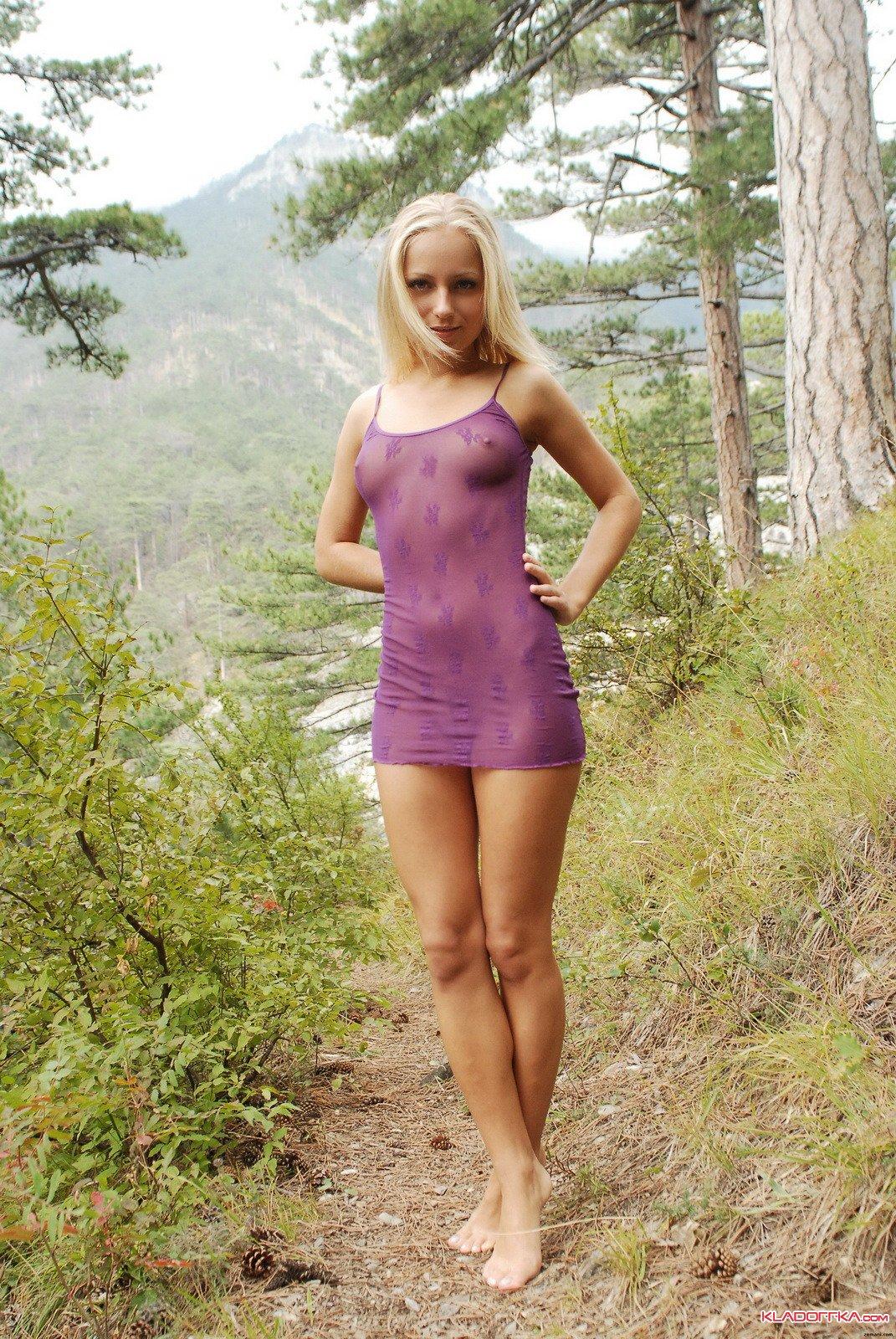 Женщина раздевается в лесу для секса
