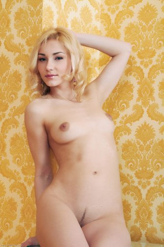 Безумно очаровательная и сексуальная блондинка Noa
