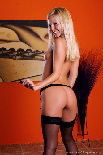 Блондинка Aaliyah Love в чёрных чулках