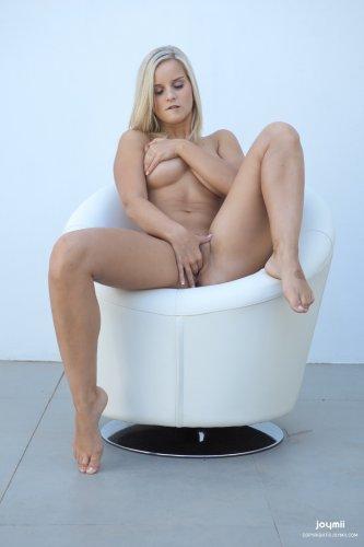 Голая Miela позирует на белом кресле