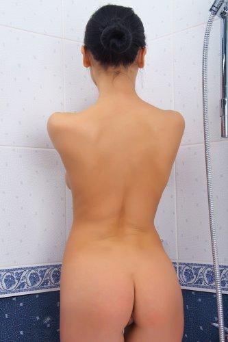 Vivien голышом в ванной
