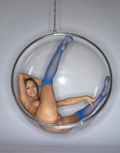 Голая Dominika C. в круглом подвесном кресле