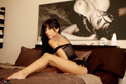 Lela Star скучает одна на большой кровати