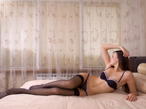 Кристина на кровати