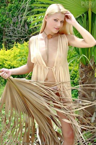 Adriana Fox в тропиках