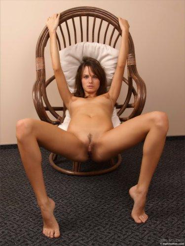 Голая Майя отдыхает на плетёном кресле