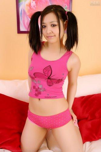 Amy Yang балуется с игрушкой