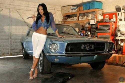 Сексуальный автомеханик Lucia Tovar и Ford Mustang
