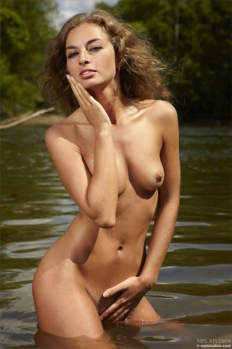 Саша плещется в речке