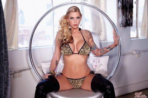 Brooke Banner на подвесном кресле
