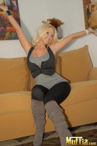Molly Cavalli в жилетке