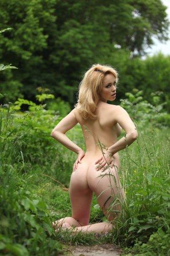 Alissa White ходит по лесу обнаженная