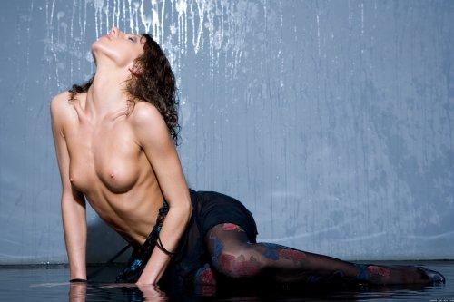 Мокрая эротика от Rebecca в прозрачной ночнушке и чулках на полу