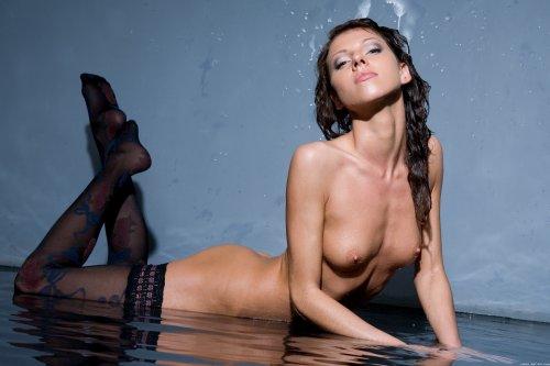 Rebecca на мокром полу